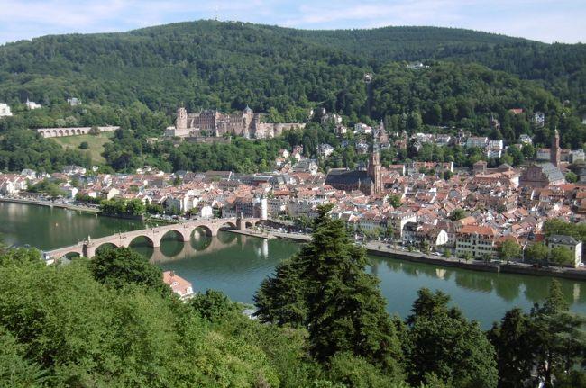 いよいよヨーロッパの古い街並み歩きに出かける。第1弾は「ハイデルベルク観光」である。1386年創立、ドイツ最古の歴史を誇るハイデルベルク大学、18世紀より、ゲーテ、ヘルダーリン、ショパンといった多くの詩人や芸術家が訪れたバロック風の街並み散策、小高い丘の中腹にあるハイデルベルク城からの旧市街の絶景、そして、最後はネッカー川の対岸に渡り、「哲学者の道」を歩き、偉大なドイツの哲学者ヘーゲルやカントになったつもりで人生と世界を考える。そんな、真面目な旅にしたかったのであるが…、大誤算!暑くて暑くて思考力ゼロ、体力・気力勝負の過酷な観光旅行となった。<br /><br />写真:哲学者の道より遠望するハイデルベルク城と旧市街