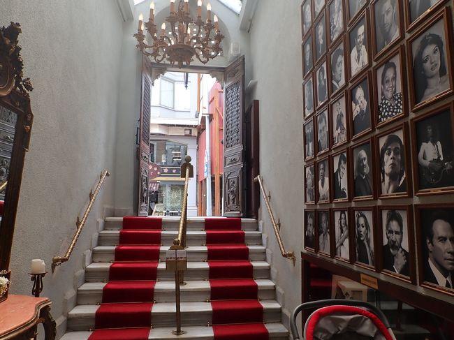 イスタンブール3日目 昼下がり<br />~考古学とテルマエロマエの巻~<br /><br />トプカプ宮殿から、すぐ横にある国立考古学博物館にも行ってみる 圧倒的な展示物にクラクラしそうです そして、この旅でやるべきこと10のうちTOP3のひとつ トルコ風呂へ行ってみる やはりトルコに来たらトルコ風呂には入ってみねばなりますまい <br />トルコ風呂とは、トルコ語ではハマムといいます 因みに、エロくないので先に断っておきます サウナ + 垢擦り + マッサージ が基本だけど、男女別浴で、三助 ? さんも男です 清潔好きなスルタンがつくったオスマントルコ以降の伝統的な温浴習慣<br />