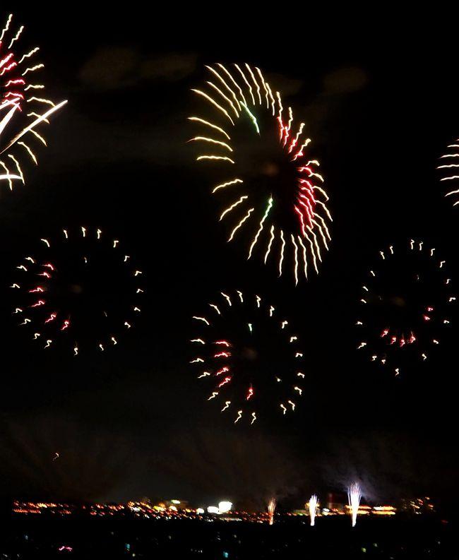 中越地震の翌年から長岡花火(   https://nagaokamatsuri.com/  )に仲間入りしたフェニックス花火も15回目になりました。山古志地域も復興しましたが、人々を元気づけようと市民の寄付で始まった花火です。今年も8月2日、3日の二日間打ち上げられました。私も二日間信濃川右岸(A)の観覧席で見ることができました。<br /><br /> 今年は久しぶりに山本五十六記念館(   http://yamamoto-isoroku.com/  )を訪ねたり墓所や記念公園も訪ねました。花火の翌日は、新潟競馬場で開かれている夏競馬(  http://www.jra.go.jp/news/201802niigata/index.html  )を楽しみ、阿賀野市の「瓦テラス」(  https://kawara-terrace.jp/  )「ヤスダヨーグルト」(   http://www.yasuda-yogurt.co.jp/shop/yy_garden.html )工場売店を訪ねました。