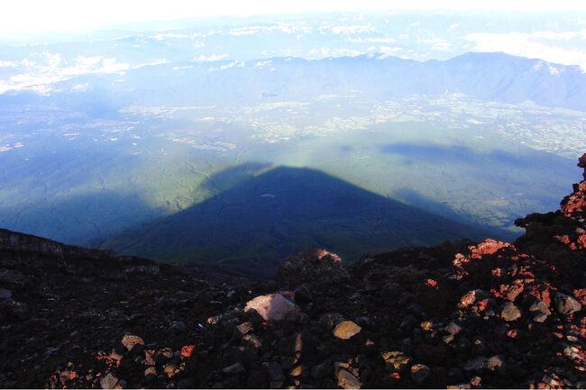 2012年8月にバスツアーを利用して御来光を拝みに富士山に登ったときのお話。途中、山小屋で一泊。果たして、御来光は拝めたのか。