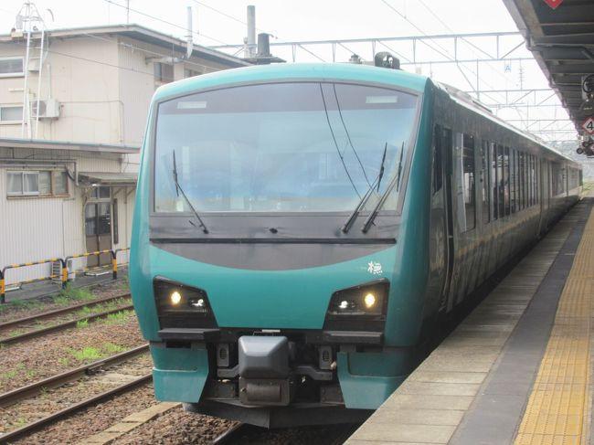 リゾートしらかみ号は秋田駅から青森駅までを結ぶリゾート列車です。<br />日本海沿いを通る五能線を経由するので風光明媚な車窓を楽しむことができます。<br />車内には、イベントスペースや展望スペース、売店、セミコンパートメント席などもある楽しい列車です。<br /><br />今回の旅では、秋田からリゾートしらかみ1号に乗車して弘前で降り、次の日に同じくリゾートしらかみ1号に弘前から青森まで乗りました。<br />写真の枚数が多いので記事を分けて掲載させていただきます。<br /><br />(その1)では、秋田から能代までをレポートします。<br />偶然取れたのがセミコンパートメント席でしたのであわせて車内の様子もご紹介します。<br />能代駅では長めの停車時間に多くの乗客がホームに降りて弁当を買い求めたりバスケットゴールにシュートをして楽しんだり。