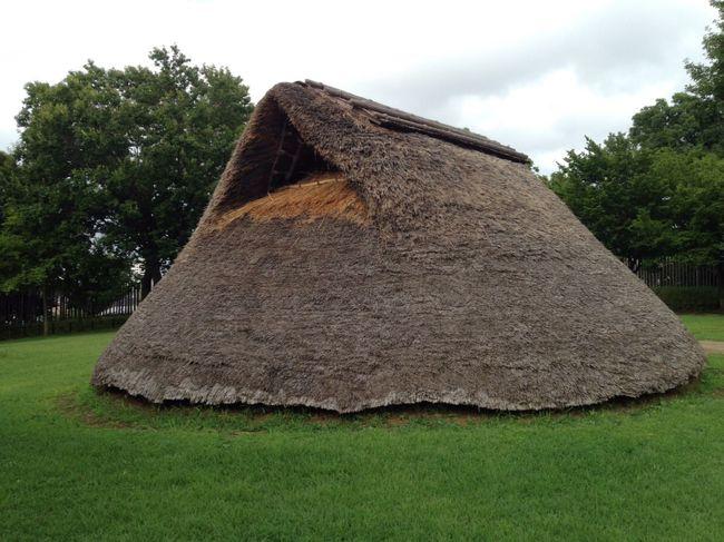 大塚・歳勝土遺跡公園に行ってきました。写真は大塚遺跡の復元された弥生時代のお家