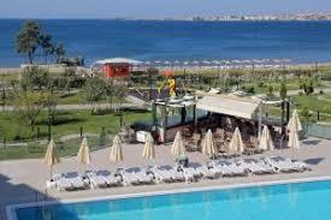 初めてのトルコ4日目<br />前回はイスタンブールを出てボスポラス海峡をカーフェリーで渡り、トロイ遺跡見学をお届けしました。<br />ここから山を越え、エーゲ海沿いを走り今夜のホテルに向かいます。<br /><br />-----------------------------------------------------------------------------<br />トルコこれまでの旅行記<br /><br />大人な旅トルコ周遊9日間① 出発編(1日目)<br /> https://4travel.jp/travelogue/11521781<br /><br />大人な旅トルコ周遊9日間② イスタンブール編(2日目)<br /> https://4travel.jp/travelogue/11521765<br /><br />大人な旅トルコ周遊9日間③ イスタンブール編(2日目)<br /> https://4travel.jp/travelogue/11521844<br /><br />大人な旅トルコ周遊9日間④ イスタンブール編(2日目)<br /> https://4travel.jp/travelogue/11523124<br /><br />大人な旅トルコ周遊9日間⑤ イスタンブール編(3日目)<br /> https://4travel.jp/travelogue/11523147<br /><br />大人な旅トルコ周遊9日間⑥ イスタンブール編(3日目)<br /> https://4travel.jp/travelogue/11524544<br /><br />大人な旅トルコ周遊9日間⑦ イスタンブール編(3日目)<br /> https://4travel.jp/travelogue/11525239<br /><br />大人な旅トルコ周遊9日間⑧ イスタンブール編(3日目)<br /> https://4travel.jp/travelogue/11528997<br /><br />大人な旅トルコ周遊9日間⑨ トロイ編(4日目)<br /> https://4travel.jp/travelogue/11529386<br /><br />大人な旅トルコ周遊9日間⑩ トロイ編(4日目)<br /> https://4travel.jp/travelogue/11530085<br /><br />大人な旅トルコ周遊9日間⑪ エフェソス編(5日目)<br /> https://4travel.jp/travelogue/11531587<br /><br />大人な旅トルコ周遊9日間⑫ エフェソス・パムッカレ編(5日目)<br /> https://4travel.jp/travelogue/11532390<br /><br />大人な旅トルコ周遊9日間⑬ パムッカレ編(5日目)<br /> https://4travel.jp/travelogue/11532791<br /><br />大人な旅トルコ周遊9日間⑭ コンヤ編(6日目)<br /> https://4travel.jp/travelogue/11532811<br /><br />大人な旅トルコ周遊9日間⑮ カッパドキア編(6日目)<br /> https://4travel.jp/travelogue/11534155<br /><br />大人な旅トルコ周遊9日間⑯ カッパドキア編(7日目)<br /> https://4travel.jp/travelogue/11534989<br /><br />大人な旅トルコ周遊9日間⑰ カッパドキア編(7日目)<br /> https://4travel.jp/travelogue/11534969<br /><br />大人な旅トルコ周遊9日間⑱ カッパドキア編(7日目)<br /> https://4travel.jp/travelogue/11537189<br /><br />大人な旅トルコ周遊9日間⑲ アンカラ編(8日目)<br /> https://4travel.jp/travelogue/11537232<br /><br />大人な旅トルコ周遊9日間⑳ 帰国編(8~9日目)<br /> https://4travel.jp/travelogue/11537588<br /><br />大人な旅トルコ周遊9日間 お買い物編<br /> https://4travel.jp/travelogue/11528976<br /><br />大人な旅トルコ周遊9日間 ホテル編<br /> https://4travel.jp/travelogue/
