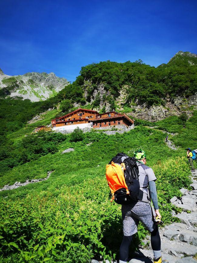 一昨年の仙丈岳、昨年の鹿島槍ヶ岳に次いで、今年も山へ向かうことにした。当初、日程的に岐阜の笠ヶ岳を考えていたが、パパと息子はもっと難しい山に登りたいと言う。そこで候補に挙がったのが槍ヶ岳、奥穂高岳と北穂高岳。夏の一番混む時期に人気の高い山に登るのはリスクが高いし、山小屋で一枚の布団に3人ぎゅう詰めで寝るのが嫌だったので、槍奥穂に比べると多少人気の劣る北穂高岳に決めた。因みに山のグレーディングは仙丈3C、鹿島槍6B、北穂高7D。このグレーティング伊達ではなかった。。。<br /><br />【1日目 8/12】<br />東京00:30~首都高速高井戸IC~談合坂SA~中央自動車道~<br />長野自動車道~松本IC~あかんだな駐車場05:30到着《車中泊》<br />あかんだな駐車場8:00出発~上高地8:30~明神9:55~徳沢11:50~横尾14:00<br />《宿泊》横尾山荘<br /><br />【2日目 8/13】<br />横尾5:00~涸沢小屋8:55~北穂高岳15:05~北穂高小屋15:12<br />《宿泊》北穂高小屋<br /><br />【3日目 8/14】<br />北穂高小屋5:50~涸沢小屋8:40~横尾15:25<br />《宿泊》横尾山荘<br /><br />【4日目 8/15】<br />横尾7:10~徳沢8:15~明神9:40~上高地10:45~あかんだな駐車場12:50~新穂高温泉槍見館13:25~林檎の湯屋おぶ~16:05~長野自動車道松本IC~双葉SA~中央自動車道~東京22:00