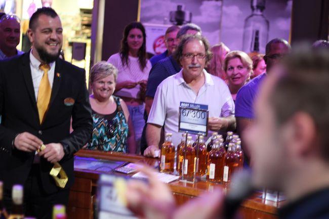 こちらも無料で参加できる世界のウイスキー 試飲会とビンゴショーです。<br />もちろん気に入ったウイスキーがあれば購入できます。店側は購入を狙っての客寄せビンゴショーですので。