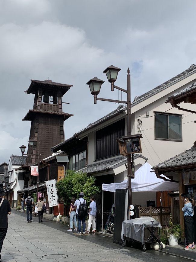 人生で初めて訪れた埼玉県。あんまり時間はないけれど、せっかく来たのでどこかに行こう!ということで朝早くホテルを出発しました。埼玉の観光地といえば『川越』。今日は雨の予想なので駆け足の観光です。<br />川越では「蔵造りの町並み」と「時の鐘通り」を散策しましたが、他にも「大正浪漫夢通り」や「菓子屋横丁」もあります。もう少し足を伸ばして「氷川神社」も行けばよかったと後悔。遠いけれどまた次に来る楽しみができました。