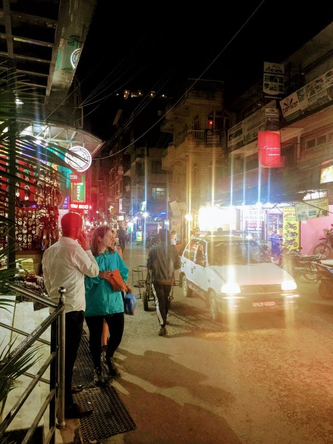 それは ~!    ......      日本人が   まったくの   ~    少なく  なって  しまった        今 の    ネパール ~   カトマンズ  ~!    ......     真夜中 の ~     タメル地区を  ~!