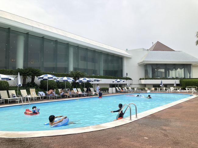 今年の大イベントのベトナム旅行の日記を後に回し、こちらのお泊まりを先に投稿しちゃいます☆<br />ベトナム・ダナン旅行から戻り、ゆっくりどこにもいかず過ごそうと思っていましたが、どうしても近場の温泉やプールに行きたいなと思い… (笑)<br />夏休み最後に「観音崎京急ホテル」を選んでみました!<br />車で1時間以内、プールがあって海もある。スパがあって露天風呂付き。そしてお値段もそこそこ安い(笑)<br />やはりちょっと古いホテルなので、昭和感バリバリでしたが、お部屋は全面ガラスでオーシャンビュー。子供用にエキストラベッド1台入れましたが狭さは全然感じませんでした!<br />お食事もすごいおいしいわけでは無いですが、ちゃんとおいしかったです(笑)<br />びっくりしたのが目の前の海にたくさんの豪華客船と巨大な貨物船が何隻も行きし、息子たちはすごく楽しんでいました。これもかなりの売りだと思いますが…!!!売りにしておらず。。。。もったいない。。。<br />建物が古くて残念なところは多かったのですが、すべてのスタッフがとても快く、素敵な笑顔で大満足でした!←とっても大切!!<br />すぐそばにある横須賀美術館は、期待していなかったのですが、素晴らしいレストランが入っていました。そこでディナーをいただきました。それも詳しく載せます。<br />豪華なホテル宿泊ではありませんが、気軽に来れるホテルとしてはとてもベストなホテルでした。<br />今回は時間がなかったので次の日の朝ごはん食べてプールを少ししたらすぐに出てしまいましたが、次回来た時はいろいろ他にも観光名所を回ってみたいと思います。<br />