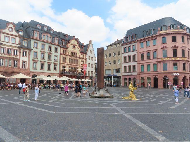 ドイツ&スイス、ちょっとフランスの一人旅です。<br /><br />最終目は宿泊先のマンハイムから鉄道でマインツに。<br />フランクフルト空港からのフライト前にプチ観光しました。<br />フランクフルトから20分ほどの立地のマインツは小さいながらも見どころ多く楽しめました。<br />写真はマインツ大聖堂前の広場。<br /><br />■旅程<br />前半は国境の町バーゼルを拠点として、フランスアルザス地方の町コールマールとスイスの首都ベルンを観光。<br />後半はドイツ・マンハイムに宿泊してF1観戦をメインに。<br />ドイツは2度目、スイスは初めてです。<br /><br />+++++++++++++++++++++++++++++++++++++<br />■7/20 Sat 成田発、ヘルシンキ経由、ミュンヘン着&宿泊<br />■7/21 Sun ミュンヘン観光、長距離バス移動(FlixBus)、バーゼル着&宿泊<br />■7/22 Mon バーゼル、鉄道(SNCF)移動、コルマール観光、バーゼル宿泊<br />■7/23 Tue バーゼル、鉄道(SBB)移動、ベルン観光、バーゼル宿泊<br />■7/24 Wed バーゼル朝ラン、バーゼル観光&宿泊<br />■7/25 Thu バーゼル、鉄道(DB)移動、マンハイム着、ホッケンハイム(*)、マンハイム宿泊<br />    *木曜ピットウォーク&コースツアー<br />■7/26 Fri マンハイム、ホッケンハイム(*)、マンハイム宿泊<br />    *FP1、FP2<br />■7/27 Sat マンハイム朝ラン、ホッケンハイム(*)、マンハイム宿泊<br />    *FP3、Qualifying、Autograph session<br />■7/28 Sun マンハイム、ハイデルベルグ、ホッケンハイム(*)、マンハイム宿泊<br />    *Race<br />★7/29 Mon マンハイム、マインツ、フランクフルト発、機中泊<br />    *Race<br />□7/30 Tue 成田着<br />+++++++++++++++++++++++++++++++++++++<br /><br />■フライト情報<br />JL6809 0720 0950成田発~1350ヘルシンキ着(10H00)<br />JL6827 0720 1615ヘルシンキ発~1750ミュンヘン着(02H35) *<br /> *遅延あり(機材故障によりヘルシンキに引き返し&機内待機のため19:15頃に再離陸)<br />JL0408 0729 1940フランクフルト発~0730 1355成田着(11H15)<br /><br />※日本-ヘルシンキは-6時間<br />※日本-ドイツ、フランス、スイスは-7時間<br />