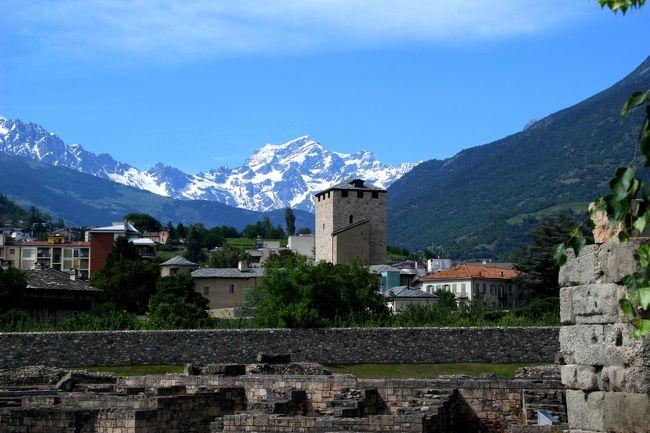 """☆イタリア・フランス国境の村""""クールマイユール""""で<br />アルプスの顔とも言えるモンテ・ビアンコ(仏名モンブラン)やグランド・ジョラスなど<br />4000m級の山々を堪能した後はこの日の宿のあるアオスタへ。<br />アオスタはイタリアで一番小さな州であるヴァッレ・ダオスタ州の州都で<br />フランスやスイスへの道がこの街で分岐することから<br />古代ローマ時代から発展した歴史ある街で、<br />アルプスのローマとも呼ばれています。<br />現在はモンテビアンコ(モンブラン)や<br />モンテチェルビーノ(マッターホルン)観光の拠点の街としても賑わっています。<br /><br />"""