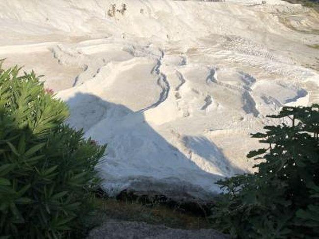 はじめてのトルコ5日目<br />ドキドキのエフェソス遺跡を見学中です。<br />一つ前の『大人な旅トルコ周遊9日間⑪ エフェソス編(5日目)』をご覧いただいてから続きをみていただくとよろしいかと思います。<br />それでは素晴らしい世界遺産をどうぞ!<br />-----------------------------------------------------------------------------<br />トルコこれまでの旅行記<br /><br />大人な旅トルコ周遊9日間① 出発編(1日目)<br /> https://4travel.jp/travelogue/11521781<br /><br />大人な旅トルコ周遊9日間② イスタンブール編(2日目)<br /> https://4travel.jp/travelogue/11521765<br /><br />大人な旅トルコ周遊9日間③ イスタンブール編(2日目)<br /> https://4travel.jp/travelogue/11521844<br /><br />大人な旅トルコ周遊9日間④ イスタンブール編(2日目)<br /> https://4travel.jp/travelogue/11523124<br /><br />大人な旅トルコ周遊9日間⑤ イスタンブール編(3日目)<br /> https://4travel.jp/travelogue/11523147<br /><br />大人な旅トルコ周遊9日間⑥ イスタンブール編(3日目)<br /> https://4travel.jp/travelogue/11524544<br /><br />大人な旅トルコ周遊9日間⑦ イスタンブール編(3日目)<br /> https://4travel.jp/travelogue/11525239<br /><br />大人な旅トルコ周遊9日間⑧ イスタンブール編(3日目)<br /> https://4travel.jp/travelogue/11528997<br /><br />大人な旅トルコ周遊9日間⑨ トロイ編(4日目)<br /> https://4travel.jp/travelogue/11529386<br /><br />大人な旅トルコ周遊9日間⑩ トロイ編(4日目)<br /> https://4travel.jp/travelogue/11530085<br /><br />大人な旅トルコ周遊9日間⑪ エフェソス編(5日目)<br /> https://4travel.jp/travelogue/11531587<br /><br />大人な旅トルコ周遊9日間⑫ エフェソス・パムッカレ編(5日目)<br /> https://4travel.jp/travelogue/11532390<br /><br />大人な旅トルコ周遊9日間⑬ パムッカレ編(5日目)<br /> https://4travel.jp/travelogue/11532791<br /><br />大人な旅トルコ周遊9日間⑭ コンヤ編(6日目)<br /> https://4travel.jp/travelogue/11532811<br /><br />大人な旅トルコ周遊9日間⑮ カッパドキア編(6日目)<br /> https://4travel.jp/travelogue/11534155<br /><br />大人な旅トルコ周遊9日間⑯ カッパドキア編(7日目)<br /> https://4travel.jp/travelogue/11534989<br /><br />大人な旅トルコ周遊9日間⑰ カッパドキア編(7日目)<br /> https://4travel.jp/travelogue/11534969<br /><br />大人な旅トルコ周遊9日間⑱ カッパドキア編(7日目)<br /> https://4travel.jp/travelogue/11537189<br /><br />大人な旅トルコ周遊9日間⑲ アンカラ編(8日目)<br /> https://4travel.jp/travelogue/11537232<br /><br />大人な旅トルコ周遊9日間⑳ 帰国編(8~9日目)<br /> https://4travel.jp/travelogue/11537588<br /><br />大人な旅トルコ周遊9日間 お買い物編<br /> https://4travel.jp/travelogue/11528976<br /><br />大人な旅トルコ周遊9日間 ホテル編<br /> https://