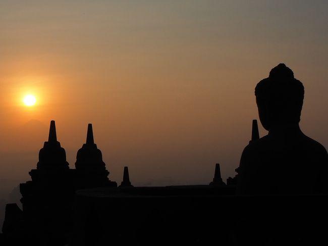 2日目は早朝のボロブドゥール遺跡サンライズツアーからスタート。<br />朝食後レンタサイクルでムンドゥ寺院とパオン寺院なども巡り、午後からは日本語のガイドさんを付けてより詳しくボロブドゥール遺跡を観光してみました。