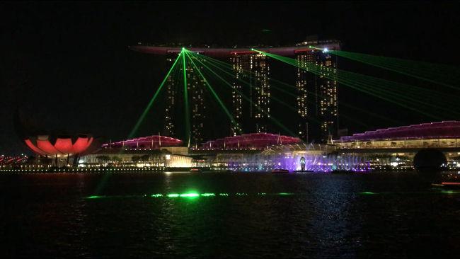 マレーシア行きのストップオーバーで立ち寄った初シンガポール。観光を目一杯詰め込んだ24時間です。<br /><br />▷スケジュール<br />02:25 HND SQ639<br />⇩<br />08:25 SIN<br /><br />★シンガポール滞在(約24時間)<br /><br />翌<br />08:30 SIN SQ106<br />⇩<br />09:30 KUL<br /><br />▷訪れた観光スポット<br />チャンギ空港 JEWEL<br />カトン地区<br />マクスウェルフードセンター<br />チャイナタウン(通過のみ)<br />ラッフルズホテル<br />リトルインディア <br />アラブストリート<br />マーライオン公園<br />スペクトラ観賞(2回)<br />マリーナベイサンズ<br /><br />▷ホテル<br />Eighteen By Three Cabins
