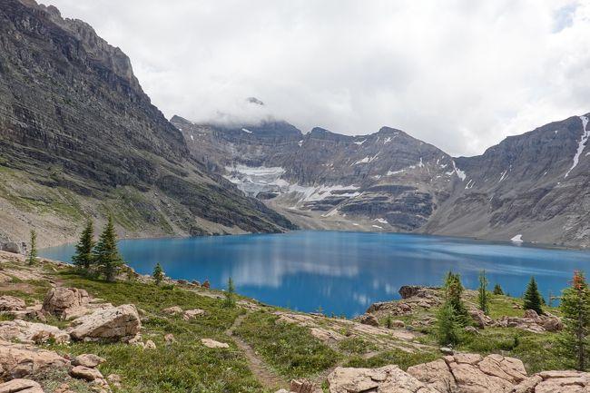 2015年から二年毎、三度目の訪問、カナディアンロッキー!<br />カルガリー(空港)1泊、ルイーズ湖2泊、モレーン湖1泊、そしてバンフ3泊、7泊9日のレンタカー一人旅です。<br /><br /> 今回の目玉は、ヨーホー国立公園の中にあるレイク・オハラのハイキングです!<br /> 当初は、二年前に山火事で入山禁止の為断念した楽そうな(失礼)サンシャイン・メドゥのハイキングに参加したいと思い、出発1カ月前に現地ツアー会社にメールで8月13日か14日の参加可否を訊ねたところ、サンシャイン・メドゥへの催行は未定だが13日の1日5名限定のレイク・オハラ・ハイキングに空きがるとの連絡。<br /> <br />レイク・オハラはハイカー憧れの地で、ここに行くには1日の乗車席数が42席という特別バスの確保が必須、この手配は非常に難しく、入山希望日の3か月前に売り出せれその日のうちの15分で完売になり、この手配が至極困難なためになかなか行くことができないコースですが、今なら空きがあります、との誘いに釣られて申込。<br /><br /> しかし、最近、出勤時のウォーキングも止めており何ら運動もせず体重増で体が重く途中ギブアップの懸念があったので、「最近運動もしておらず、過去にレイク・アグネス&ビッグ・ビー・ハイブ、プレイン・オブ・シックス・グレシャーズ、センチネル・パスの経験しかないが大丈夫でしょうか?」との質問したところ、「その経験があるなら大丈夫。」との返信。あとで気が付いたのですが、私は4年前と2年前の経験であることを言い忘れてました。<br /> 取り敢えず覚悟を決めたのは良いのですが、このハイキングが楽しみであると同時にストレスになってしまいました。<br /><br /> 2週間前から天気をチェックしてましたが、最高気温が20度にならない日が多く雨予想の日は13度、雪マークもチラホラの予報の中、さあ、出発です!