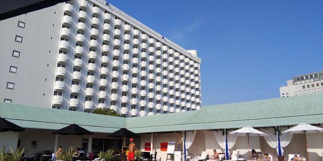 夏休みに入り、特に旅行に行ってなかったので、週末にホテル滞在を楽しもうということで近場のグランドプリンスホテル高輪に滞在しました。せっかくなのでホテルライフを満喫できるクラブフロアを予約して滞在を楽しみました。プリンスホテルの高輪エリアは3つのホテル(ザ・プリンス さくらタワー東京、グランドプリンスホテル高輪、グランドプリンスホテル新高輪)がありますが、いずれかのホテルのクラブフロア・エグゼクティブフロアに宿泊すると、各ホテルに設置されたエグゼクティブラウンジ・クラブラウンジをすべて利用できる仕組みになっており、今回も3か所ラウンジ巡りをしました。また、新高輪にある2か所のプールのうちスカイプールを楽しんだほか、さくらタワーにある、ブロアーバス&サウナも夜に利用するなど、充実した滞在が出来ました。