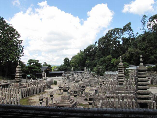 """2019/08/26 月曜日 AM7:30 ~ PM16:30 京都市内(伏見区 東山区、嵯峨野)に有る天皇陵墓観光<br /><br />本日8月26日月曜日朝から京都陵墓巡り行きました。いつも週末平日に休みを取ってるのですが今週は火曜日~金曜日天候が悪いみたいなので月曜日休みを取りました。<br /><br />京都伏見区 後宮塚陵墓参考地 (京都一番のラブホテル街の中)<br />      浄苔堤院塚陵墓参考地(準工業地帯だと思われる)<br />      72代白河天皇 成苔堤院陵<br />      74代鳥羽天皇陵安楽寿院陵<br />      76代近衛天皇陵安楽寿院陵<br />      中宮塚陵墓参考地(タカラショールーム隣)(準工)<br /><br />京都市東山区  121代孝明天皇後月輪東山陵(英照皇太后)<br />        86代後堀川天皇観音寺陵<br />        鳥戸野陵<br />        仁明天皇皇太后澤子中尾陵(駒札新調中)(近所のゴミ集積場)<br />        77代後白河天皇陵<br />        阿保天皇東山本町陵墓参考地<br />        85代仲恭天皇<br />        86代後堀川天皇(職人は見えなかったが森の剪定中)<br />        朝彦/寂子内/森脩親王<br />        賀用宮墓地/久二宮墓地<br />        雲竜院宮墓地(灰塚)<br />        良純親王<br />        月輪陵(集合墓地)<br />        79六条天皇陵<br />        80高倉天皇陵<br />        有智子内親王墓<br />        亀山天皇火葬塚(これは探し当てるの大変だった)<br />        98代長慶天皇陵  嵯峨東陵 (剪定中)<br />        99代後亀山天皇 嵯峨小倉陵<br />        52代嵯峨天皇山上陵  (情報では落石停止中??の為断念)<br />        91代後宇多天皇蓮華峯寺陵<br />        円山陵墓参考地(こんな隙間の奥の小山が?)<br />        入道塚陵墓参考地(北嵯峨高校の片隅に)<br /><br />・仁明天皇皇太后澤子中尾陵・・・・墓横がゴミ集積場とはまさか未来にこんな羽目になってるとは思わないでしょうね。<br />・後宮塚陵墓参考地・・・・ラブホテル街の真ん中です<br />・晃親王墓(雲竜院付近)行くの忘れてしまった。残念また次回。<br />・泉涌寺の奥の庭園(300円)が無料開放だった。<br />・AM7:30拝礼スタート~~~~~PM16:35終了<br />・車(泉涌寺と二尊院に駐車)と自転車(車載)で巡回<br />・朝彦/寂子内/森脩親王、月の輪陵で他の拝礼者 のべ5人居たが他は一切出会わなかった管理人さんは居た所も有った。(121孝明天皇、77後白河天皇、76代近衛天皇陵は管理人さんが居た)<br /><br /><br />★月の輪陵の奥の""""民墓以外立ち入り禁止""""の件 泉涌寺本坊社務所の人に聞いてみました。3人の人が居たのですが年寄り2人はそんなものが有るのか知らないようでしたが残りの若い人は知っていてくれて """"あそこは非公開です""""と教えてくれました。知った上で侵入するのは嫌だったので侵入後、立ち入り禁止の話を聞いてみました。<br /><br />不思議だったのが泉涌寺の奥にある墓地で日陰の暗い所に管理もされていないような苔の生えた墓石は一体何なのだろうか?泉涌寺の奥にある墓は宮内庁、天皇職員の墓なのか?変な格好の天皇墓特有の形をしていました。頭の丸い独特な墓<br />"""