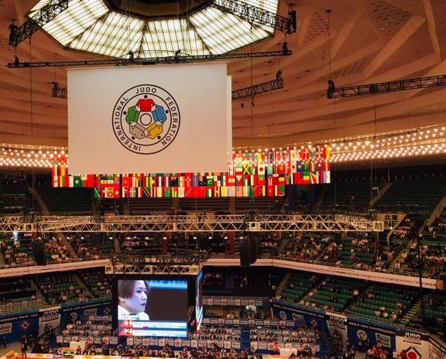 TOKYO2020まで11ヶ月。金メダル量産の期待が掛かる柔道の世界選手権が、日本武道館で開催中です。柔道競技は、来年の東京五輪でも日本武道館で開催されます。<br />大会の1日目と2日目、オリンピックを翌年に控えた世界中の猛者達を迎え撃つ日本選手達の戦いを観戦してきました。<br />生で観る白熱の試合は、およそブラウン管を通して観るのとは迫力が違いました。<br />また、多くの外国人観客を見るにつけ、柔道が既に世界のスポーツであることが実感されました。