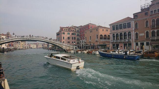 転職を契機に1か月休みを頂いたので、これまでやってみたかったヨーロッパ周遊旅行に出かけてみました。<br /><br />この旅行記では九日目のベネチア到着からベネチア観光の序盤を書いています。<br /><br />ベネチア本島へは車やバイクの乗り入れが禁止されているので、基本は徒歩か水上バスを使って移動します。<br />そのため他の都市にはない独特の空間となっていました。<br />迷路のような街並みを迷いながらグーグルマップを頼りにうろつきます。