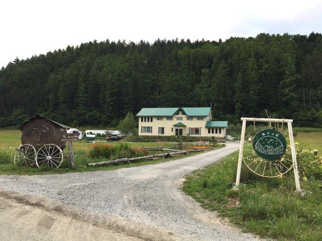 3人家族で行く北海道旅行はこれで2回目になります。<br /><br />今回は8月12日(月・祝)から16日(金)の4泊5日の旅<br /><br />12日 12:00羽田 - 13:35千歳 ANA063 支笏湖泊<br />13日 札幌芸術の森美術館(テオ・ヤンセン展)~支笏湖泊<br />14日 支笏湖カヌー~富良野移動 富良野泊<br />15日 富良野ベリー摘み~サーモンパーク千歳 千歳泊<br />16日 11:30千歳 - 13:05羽田 ANA058<br /><br />後半は、支笏湖でカヌーの後、富良野へ移動し、友人が働く宿で1泊して、翌日ベリー摘みの後、千歳に戻り、東京に戻る旅程です。<br />