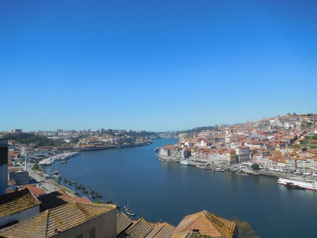 2019年3月は2度目のポルトガルをメインに周遊しました。前回ポルトガルに行ったのは2005年、この時はスペイン周遊がメインで、ポルトガルはリスボンとリスボンから日帰りツアーで行ける中南部しか行きませんでした。今回はポルトなどの北部、そしてスペインに入ってサンチアゴ・デ・コンポステーラにも行きました。<br /> 南部も中部、北部もどの街も街並みが絶句するほど美しく、建物もカテドラルや教会など壮大で素晴らしかったです。<br /><br />---------------------------------------------------------------<br />スケジュール<br /><br /> 3月16日 羽田空港-パリ空港-リスボン空港 [リスボン泊] <br /> 3月17日 リスボン-(バス)エヴォラ観光-リスボン<br />      [リスボン泊]<br /> 3月18日 リスボン-(列車)シントラ駅-(バス)ペーナ宮殿観光-<br />      (バス)王宮-シントラ駅-リスボン観光 [リスボン泊] <br /> 3月19日 リスボン-(バス)ナザレ観光-(バス)コインブラ観光<br />     [コインブラ泊] <br /> 3月20日 コインブラ観光ー(列車)ポルト観光 [ポルト泊]<br />★3月21日 ポルト観光 [ポルト泊]<br /> 3月22日 ポルトー(列車)ギマランイス観光ーポルト観光-(バス)<br />     -サンチアゴ・デ・コンポステーラ観光<br />     [サンチアゴ・デ・コンポステーラ泊]<br /> 3月23日 サンチアゴ・デ・コンポステーラ観光 <br />     [サンチアゴ・デ・コンポステーラ泊]<br /> 3月24日 サンチアゴ・デ・コンポステーラ-ー(列車)<br />     マドリード・チャマルティン駅ー(列車)-マドリード空港<br />     -ドーハ空港 <br /> 3月25日 -成田空港