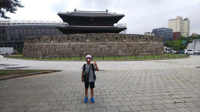 庄内⇔羽田⇔金浦(ソウル)<br /><br />ANAのマイルがそこそこ貯まっていたので、小3の長男を誘ってソウルへ行ってきました。<br />現在週5でサッカーをしている長男。4年、5年ともなれば普段の練習に加え試合も増え忙しくなってくるので、こんな風に親子で旅行するなら今しかない!……と思い計画をしました。<br />特典航空券の枠はあまり多くなく、また時間帯や乗り換え時間など条件の良いフライトを選びたかったので、早め早めで昨年の12月にチケットを取りました。が、出発の頃には史上最悪の日韓関係に…(笑)。実際に物騒な事件もテレビで報道されていました。子連れだったので多少不安はありましたが、結果的には何の問題もなく、特に長男はいろんな方から親切に接してもらいました。<br /><br />費用は航空券が30000マイル+諸費用¥13790(2人分)。<br />ホステルが2人で3泊して約¥13000。<br />計¥26000の激安旅行でした。