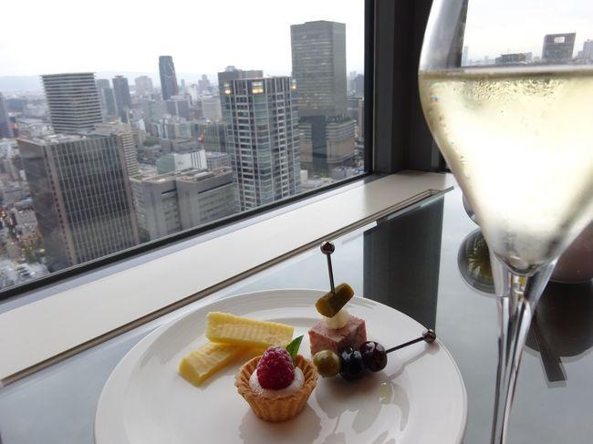 夫の用事に同行して、大阪に行ってきました。<br /><br />夫は2日間、グランフロントに出かけます。<br />となれば、<br />インターコンチネンタルが一番便利。<br /><br />でもね、<br />数年前まで月1ペースで大阪を訪れ、<br />おひとりさまのホテルステイを重ねてきた私としては、<br />大阪に行くのであれば、<br />やっぱりお気に入りの「あの」ホテルに泊まりたいワ♪<br /><br />ということで、<br /><br />夫には、連日ちょっと歩いてもらうことにして、<br />久しぶりにザ・リッツ・カールトンに2泊してきました。<br /><br />滞在中私は、<br />阪急にお買い物に行ったくらいで、<br />あとは読書をして、<br />のんびりホテルステイを楽しみました。<br />