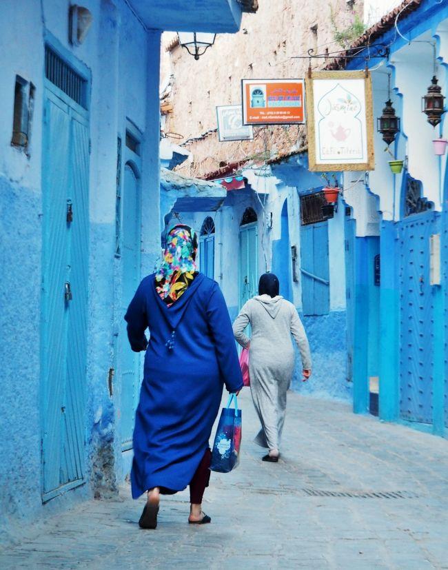 昨日、カサブランカ空港から一気にシャウエンに移動し、夜に到着。<br /><br />翌28日(日)・・・今日は、丸一日シャウエンを歩きまわる予定。青い町シャウエンの青さを味わうなら、早朝、お店が開く前の時間帯・・・と言う。そこで(私にしては)早起きして・・・朝食前の1時間ほど、青い町の真骨頂・・・これぞシャウエン!という風景の中を彷徨ってみた。