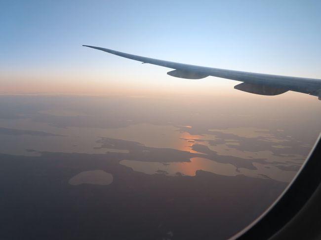 """JAL便でアメリカまで飛ぶのは 悪い話ではないのですが <br />国内線に乗り継ぐとき どうしてもAA系列になってしまいます。<br />ノースウェスト航空や デルタ航空で 渡米してきた私のつたない経験から言うと、 <br />やはり共同運航便による乗り継ぎは どうしてもオリジナルの航空会社経由で行く時よりも <br />不利な扱いを受けるように感じます。<br /><br /><br />今回は 乗り継ぎ便に2回キャンセルされ <br />最終的には 翌日の夕方まで その先に進めませんでした。 <br />ツアーの添乗員だったら 大変だっただろうなあ。<br /><br />午後6時ごろになって 当日泊まれる宿を自分で探すことになろうとは <br />夢にも考えていませんでしたが <br />アプリでいれていた""""Marriott Bonvoy""""があったため <br />すんなり泊まれて 何はともあれほっとしました<br /><br />愚痴の多い旅行記になります<br /><br />悪しからず<br />"""