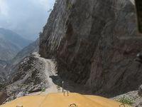 断崖に造られた世界一「危険なジープ道」〜眼下は数百メートルの峡谷、ジープで悪路を走る〜(パキスタン北部旅行記NO2)