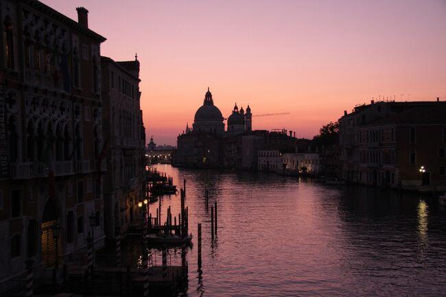 ベネチア大運河の夜明け  2011.10.18 7:07<br />感動したこの一瞬の風景に惹かれて再度ベネチアを訪れることにしました。<br /><br />ベネチア・インスブルック・ウィーン・プラハ・ドレスデン・ライプツィヒ・アムステルダム 15日間2,100キロ鉄道の旅<br />テーマ「美術と音楽を心行くまで楽しむ後期シニアの一人旅」<br />ウィーン美術史美術館とゴッホ美術館<br />ライプツィヒ・ゲヴァントハウス管弦楽団コンサート<br />常任指揮者 アンドリス・ネルソンス Andris Nelsons<br />(2020年 ウィーンフィルのニューイヤーコンサートを指揮することが決定されている)<br />https://www.wienerphilharmoniker.at/jp<br /><br />■帰国報告<br /> 10月14日午前9時に無事帰国しました。<br /> 台風19号が去った後で、被害の大きさに驚きました。<br /> 旅行記の編集はしばらく休養してから始めるつもりでいます。<br /><br />旅行記の編集はしばらく時間がかかるので、各都市ごとに数枚のハイライト写真を抜粋して末尾に掲載します。<br />2020.2.1<br />この旅行のハイライト編を公開しました。<br />https://4travel.jp/travelogue/11592184<br /><br />■まえがき<br />4トラベルのサイトには2010年5月に登録し、たくさんの旅行記を公開してきましたが、今回は2013フランス旅行(準備編)http://4travel.jp/travelogue/10784450及びスコットランド・フランスの旅2014(準備編)https://4travel.jp/travelogue/10935919に続き、旅行の企画・準備段階から旅行終了までの一連の記録を編集・公開することにします。<br />狙いは現代のネット社会における個人旅行は、どのようにすれば旅行者の嗜好に合った旅行が合理的な費用で出来、また旅の楽しさの真髄を味わえるかを実践的に一例を紹介することです。<br />年金シニアをはじめ、個人旅行に関心のある多くの皆様の旅行計画作りの参考になれば嬉しいです。<br /><br />■はじめに<br />古希を過ぎ、2013年の5月のフランス・グループ旅行と2014年4月のフランスの友人達の50年ぶりの再来日を機会に、年に1回の海外旅行がしばらく1.5年の間隔になりましたが、地域活動など諸般の事情が改善し、日ごろのトレーニングのおかげで体力・精神力ともにかつてなく充実しているので元のペースに戻すことにしました。<br />プロフィルに書いた、私にとっての旅行とは「非日常の時間と空間へ自分を置くこと」の魅力は捨てがたく、体力を維持しながら続けようと思います。<br />補助輪(車椅子)が必要になったら自動車エンジニアとしての自尊心に照らし潔く引退します。(笑い)<br />私の一人旅は旅先で出会った人々との触れ合いを大事にし、人物が溶け込んだ風景の撮影が目的の大半を占めるため、現地の移動はLCCは使わずに列車を選びました。<br />2011年の12日間の鉄道の旅の副題「人々の笑顔」を今回もテーマにしたいと思っています。お国柄によって人々の反応が異なるため、どんな笑顔が撮れるか、期待しています。<br />ヨーロッパ12日間鉄道の旅ハイライト2011<br />https://4travel.jp/travelogue/10617323<br /><付録>ヨーロッパ鉄道の旅 笑顔特集<br />https://4travel.jp/travelogue/10654312<br /><br />旅行記は普通は旅行が終わってからまとめるものですが、今回の旅行も準備内容を含めて編集することにしました。<br /><br />■旅行日程<br />2019年9月30日(月)-10月14日(月)<br />30日(月)成田発10:35 AF275 パリCDG着16:10  B777-300<br />           CDG発18:00  AF1526  ベネチア着19:35    A318<br />復路 10月13日(日)<br />   アムステルダム発14:40 KL861   B777-300<br />   成田着14日(月)8:40<br /><br />10月1日(火))<br />ベネチア観光<br />サンマルコ広場、ドゥカーレ宮殿 、リアルト橋、大運河など<br /><br />2日(水)日の出・日没 7:08/18:53  年平均気温20/12℃