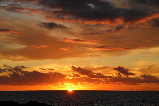 前回ハワイ島に出かけた際は、マウナケア山頂から眺める夕陽と星空観測が荒天で出来なかったため、そのリベンジとして5月にツアーを予約して出かけて来ました。<br />ところが何と、7月15日からマウナケア山頂の天体観測所建設反対運動の影響で道路が閉鎖され、山頂に登れなくなってしまいました。<br />そのため一番楽しみにしていたマウナケア山頂からの夕陽鑑賞が出来なくなり、またしても残念。<br />(今年はクロアチア ドゥヴロヴニクのスルジ山ロープウェイの運航停止と同様に、楽しみにしている所の観光が出来なくて本当に残念です。)<br />そのかわり夕陽と星空はとてもきれいに見られて感動しました。<br />今回の旅程は、<br />8月29日(木)伊丹空港から成田空港に移動し、そこからハワイ島コナへJAL直行便で移動し、コナ市街の散策。<br />8月30日(金)マサシネイチャースクールの『B級グルメと島一周ツアー』に参加し、ハワイ島の一周観光。<br />8月31日(土)午前中はコナ市街を散策し、午後からマサシネイチャースクールの『ビーチサンセットと星空ツアー』に参加。<br />9月1日(日)~2日(月)JALの直行便でコナから成田経由伊丹空港に移動して帰宅。<br />とても慌ただしい旅行でしたが、国際線JALの機体は座席が広く、それほど移動に疲れず帰国することが出来ました。<br />またこの旅行はHISのホテルと航空機の便だけが決まった格安ツアーだったので、現地のツアーは全て日本から個人でインターネット予約して出かけました。<br />今回は、旅行1日目の出国からコナ市内の散策を紹介します。<br />この日は天気が良く、宿泊したロイヤルコナリゾート ホテルから眺めた夕陽はとてもきれいでした。