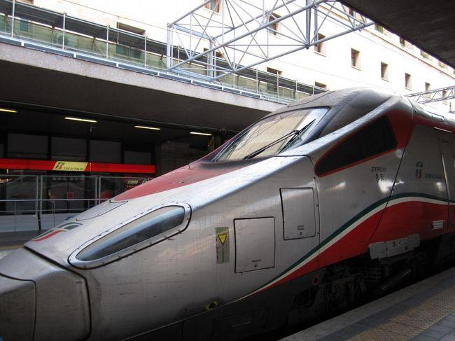 初めてのおひとり様の超初心者イタリア旅行。<br /><br />ローマ、フィレンツェ、ベネチアの3都市周遊は各都市を繋ぐ超特急列車レ・フレッチェ(エウロスターイタリア)にかなりお世話になった。<br /><br />時速300㎞で主要都市を繋ぐ超特急列車で、世界一美しいとも称されているらしい。<br />確かにとっても素敵だった!快適だった!<br /><br />3ヶ月前から予約でき、早めに予約すると早割になるのも嬉しい。<br />数ユーロ追加で予約時に座席位置も指定できる便利さ。<br />ちなみに座席は1stクラスだと通路を挟んで1列と2列というゆったり配置。<br /><br />お値段も日本の新幹線に比べればお安いので、初心者には安心安全のためにも1等席の予約がおススメ。<br />実際に乗車して1等車の快適さと安全さに、長時間の移動の間ずっとピリくこともなく安らげて良かった。<br /><br />●レ・フレッチェ(エウロスターイタリア)<br />https://www.trenitalia.com/en.html<br /><br /><br />