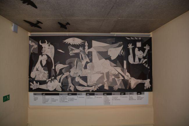 ゲルニカ<br /><br />バスク州・ビスカヤ県<br />人口16,800人<br /><br />小都市 ゲルニカがこれほど知られているのは、ご存じの様にスペイン内戦で「フランコ」に肩入れした「ヒトラ-」の人類史上最初の無差別爆撃とその惨状を描いたピカソ「ゲルニカ」によるものであろう<br /><br />ピカソの「ゲルニカ」がこの町にある訳でもなく、ガイドブックにも「ゲルニカ平和博物館」と空爆被害を免れた「バスク議事堂」が掲載されている程度である<br /><br /><br /><br /><br /><br />
