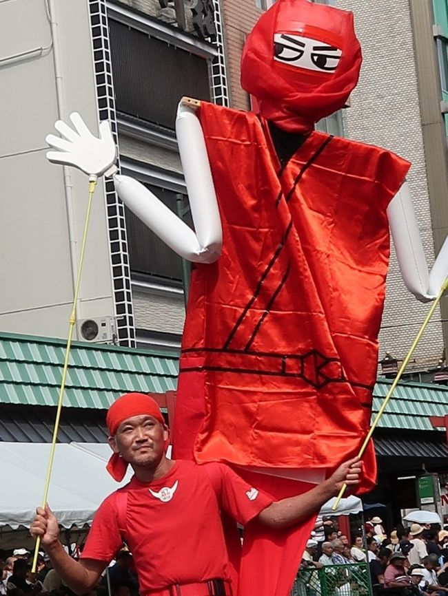 行く夏を惜しんで 浅草サンバカーニバル 東京中日スポーツ <br /> 北半球最大のサンバの祭典「浅草サンバカーニバル」が8月31日、東京都台東区の浅草寺周辺であった。華麗なダンサーらが息の合ったステップを披露し、観客を魅了した。<br /> パレードコンテストには、二つのリーグに計16チームが出場。各チームが「忍者」や「チョコレート」などのテーマを設け、800メートルのコースを40分かけて思い思いに踊り歩いた。最高峰のS1(1部)リーグでは、地元・浅草の「仲見世バルバロス」が優勝し、4連覇を達成した。ほかに、地元小学生のサンバチームなども参加した。<br />浅草サンバカーニバルは38回目で、地元の人たちでつくる実行委員会の主催。毎年50万人が訪れる。2019年9月1日 <br />https://www.tokyo-np.co.jp/article/national/list/201909/CK2019090102000126.html#print より引用<br /><br />浅草サンバカーニバル については・・<br />https://www.asakusa-samba.org/<br /><br />カンタ ブラジル行進部  については・・<br />http://cantabrasil.net/
