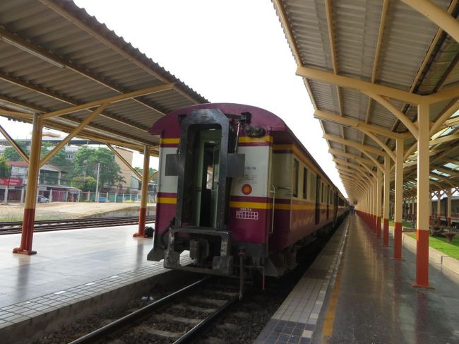 春の超大型連休の後半を使っていく、タイ北部への旅。<br />ゴールデントライアングル・ミャンマーとの国境とまわって、<br />長距離バスで、チェンマイへと移動します。<br />今回3つめのメインイベント、「タイの夜行列車」に乗って南下します。<br />2人部屋を独り占めできる!?かと思っていたのですが・・・<br /><br />5/2(木):地元からLCCで香港へ<br />5/3(金):香港から船でマカオ<br />     エアアジアでチェンライへ、バスでチェンセーン、<br />     タクシーでゴールデン・トライアングルへ<br />5/4(土):ゴールデン・トライアングルからソンテウでメーサーイ、<br />     国境を越えてミャンマー(タチレイ)へ日帰り<br />     ふたたび、メーサーイへ<br />5/5(日):バスでチェンマイへ、<br />     夜行列車で南下 ←ここ、と<br />5/6(月):夜行列車でバンコク着、 ←ここ<br />     エアアジアでマカオへ、船で香港へ<br />5/7(火):LCCで帰国