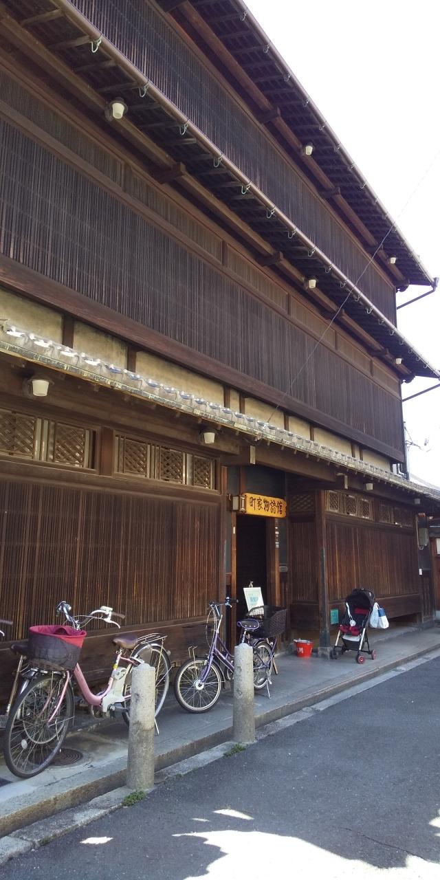 今日は奈良市の隣町大和郡山市を歩きました。<br />金魚の町として知られています。<br />毎年夏に金魚すくいの大会が行われています。<br /><br />この町家は(旧川本家)浄慶寺、浄照寺、洞泉寺の3つのお寺に囲まれ、遊郭として大正13年に建てられ昭和33年まで営業。その後10年程は下宿屋さんとして使われていた建物で登録有形文化財です。<br />全国でもなかなかここまで綺麗に残ってる所は少ないそうです。<br /><br />ボランティアの方が親切に館内を案内説明してくださいます。<br />入場料も無料です。<br />JR奈良駅から1駅。近鉄電車西大寺駅からも3つ目。どちらの駅からも徒歩で10分かかりません。<br /><br />気温35度を越える猛暑の中20000歩超えのコースでした。<br />その行程の一つ、興味深いところを見学致しましたので紹介いたします。<br />v5の岡田准一さんもここで映画のロケをしたそうですよ。<br />大仏さんだけではない、まだあまり知られていない奈良を発見。