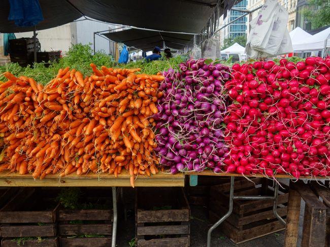 今日のアサイチはUnion Square のグリーン・マーケットです。新鮮野菜と果物がカラフルです。グリーン・マーケットというのに、赤や紫や、黄色が実立ちます。とりあえず、ハニーを買いました。<br />そばの古本屋Strandものぞきました。Barns and Noble はまだ開店前でした。