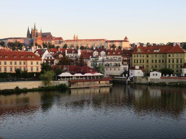 百の塔の街、街の中央を流れるヴルタヴァ川に架かるカレル橋、赤瓦が連なる素敵な<br />風景に憧れてプラハに独りで行って来ました。<br />中世のヨーロッパの雰囲気を色濃く残す期待以上の街並みに感動です。<br /><br />フライト&ホテルの予約をして行きたいところ、外せないところをリストアップ。<br />もうこの時点から旅の始まりです。<br />予定を立てている時、待っている時が楽しいですね。<br />今年2度目のひとり旅♪ ひとり旅って癖になりそうヽ(^o^)丿<br /><br />ワンワールド特典航空券で初めてブリティッシュエアラインに搭乗、乗り継ぎ時間を<br />利用しヒースロー空港でラウンジホッピングをして夜プラハに到着しました。<br />スーツケースを開けるのももどかしく、さっそく夜のカレル橋へ行きました。<br />カレル橋のマナーストラナ側の袂にあるホテルを選んだのは、私には大正解で、<br />カレル橋から日の出、ヴルタヴァ川の夕景、夜景を満喫しました。<br /><br />表紙写真は朝日に照らされたプラハ城と聖ヴィート大聖堂<br /><br />[旅程]<br /><br />9/3 (火)羽田発08:50 → ロンドン着13:10(BA0008)<br />     ロンドン発17:05 → プラハ着20:05 (BA0856)  プラハ泊<br /><br />9/4 (水)     プラハ城 → ストラホフ修道院 → ペトシーンの丘展望台<br />     → マラーストラナ地区 → 国民劇場(オペラ鑑賞)<br /><br />9/5 (木)     カレル橋 → 旧市街広場 → 市民会館・火薬塔 → 天文時計<br />     → ブラブラ散策 → カレル橋旧市街側の塔 <br /><br />9/6 (金)      プラハ → チェスキークルムロフ(泊)<br /><br />9/7(土)      チェスキークルムロフ → プラハ(泊)<br /><br />9/8(日)   プラハ発06:45 → ロンドン着07:55 (BA0853)                               <br />                    ロンドン発11:55 → 羽田着 9日08:30 (JL042) <br />      <br />    ※ 本来は ロンドン発09:40 → 羽田着05:25のところ<br />      台風15号の暴風雨を考慮して出発時間が遅くなりました。 <br /><br /><br />