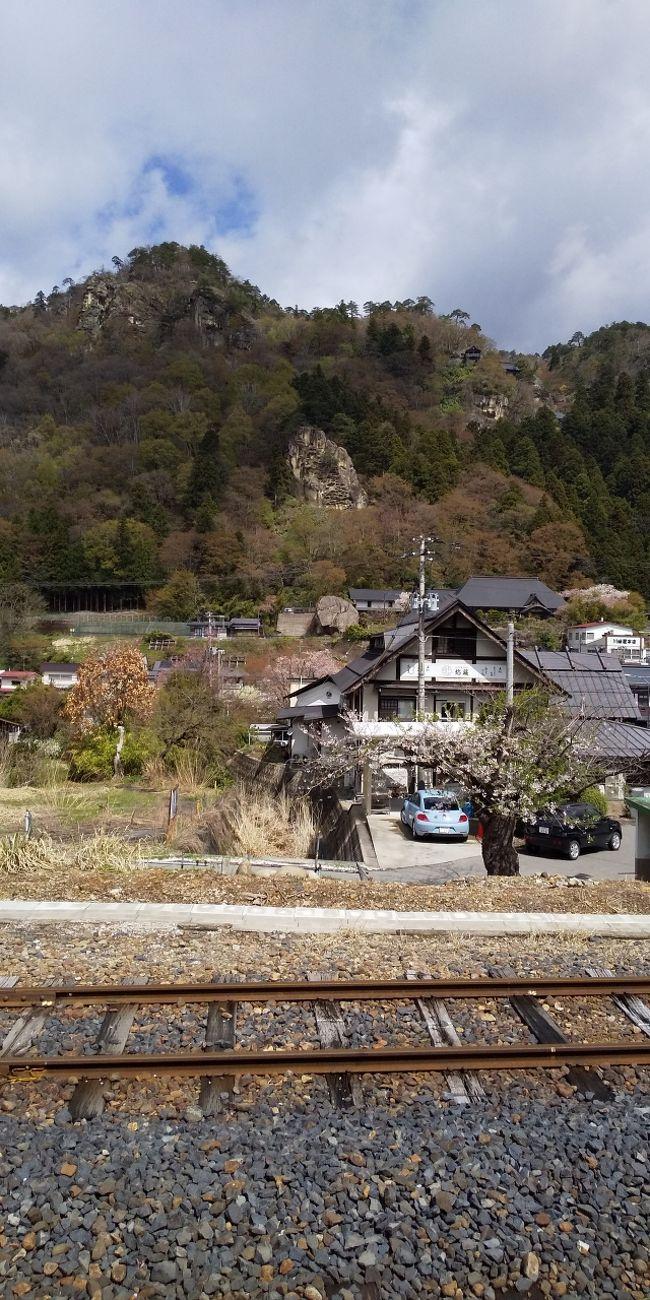 以前から山寺へ行きたいと思っていました。そして蔵王にも。<br /><br />山寺(立石寺)の境内は桜の花びらを敷き詰めて東北にもすでに春は来ていました。<br />参拝者も多く、家族連れや若いカップルさん等、賑やかな参道です。<br /><br />山形市内はすっかり春でしたが残念ながら蔵王は未だスキーが出来るほど雪が残っていて山歩きする事はできませんでした。<br /><br />けれど名残の樹氷の見る事が出来て満足です。麓の温泉に入ってバスで下山。翌日はちょこっと仙台城跡見学。<br />又、機会があればお鉢まで歩きたいです。<br />