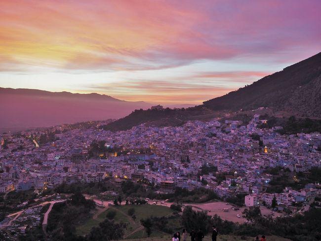 お昼を過ぎたシャウエンはますます人出が多く賑やか。引き続き、カラフルな色彩に溢れた青い町を歩き周ります。<br /><br />そして・・・夕焼けと暮れゆくシャウエンの町を眺めるため、スペイン・モスクJamma Bouzaafarの丘に登り、神秘的な夕暮れの風景に酔いしれました。