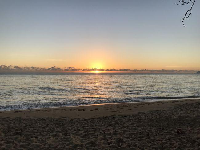 トリニティビーチ2日目<br /><br />今日は日の出を見ようと、息子と早起きして徒歩1分のビーチへ。<br />天気も良く、バッチリ日の出が見れました。<br /><br />帰ってきて、朝ご飯を作り始めると、旦那と次男が到着しました。<br /><br />実は次男のクラブチームの試合があった為、2人は1日遅れでやってきたのです。<br /><br />英語が苦手な主人は、UBERで空港からトリニティビーチまでやってきました。<br />UBERは日本でいう、白タクのようなもので、UBERアプリから日本語で申し込み出来る上、ルート、料金もあらかじめ表示され、支払いもUBER側にクレジットカードで支払うので、現金のやりとりもなく、安全です。知らない土地で遠回りされてしまう心配もなく、英語も挨拶をする程度で、あとは喋れなくても目的地まで行ってくれるので安心です。<br />主人達が乗ったUBERは、たまたま日本語ペラペラのドライバーさんだったようで、主人達はご機嫌でビーチドームに到着しました。<br /><br />UBER登録の際にこちらの紹介クーポンコードを入力していただくと無料乗車券ゲットできます。→<br />or15u5