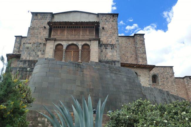 リマを出てクスコへ。<br />クスコは 11~12 世紀頃に建設され、太陽神 を崇拝するインカ帝国の都として栄えた所です。ケチ ュア語で「ヘソ」を意味するこの都市には、帝国内のあらゆる地方から人々が集まっていました。<br />しかし、16世紀 になるとスペイン人の征服がクスコにも及び、 インカ帝国は一瞬にして崩壊しました。征服者たちは、太陽の象徴である黄金で彩られた神殿や宮殿を破壊し 金銀を略奪して、インカが築いた精巧な礎石の上にスペイン風の教会を建設。<br />インカ時代の美しく精巧な石組みが残されたコリカンチャ(サント・ドミンゴ教会)や、スペインのコロニアルな建築物が残された独特な雰囲気が漂うクスコの街並みの一端を垣間見ることができました。<br /><br />5月出発予定の中欧旅行のホテルを全てキャンセルした途端に コロナ鬱のようになってしまいました。世の中には 生活の糧を奪われて大変な思いをしている方々が多く、旅行に行けないことなど 贅沢な悩みだとは分かっているのですが…<br />回復するまで時間がかかりそうです。