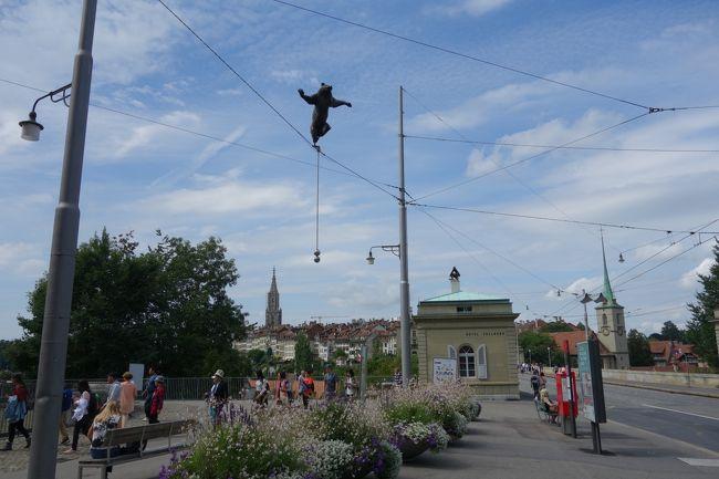 3年ぶりの海外だから…奮発して憧れのスイスへGO!<br />アルプスの麓に5連泊して、天気の良い日にハイキングするぞ~♪<br /><br />■1日目■ 関空→アムステルダム経由→チューリッヒ<br /><br />■2日目■ チューリッヒ→ベルン観光→グリンデルワルト<br />スイスの首都ベルンで世界遺産の旧市街をそぞろ歩き。<br />クマ公園では水浴びする熊に会うことができました。