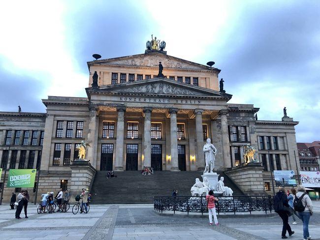 ミュンヘンから始まり、ベルリンまで寄り道をしながら鉄道でドイツ縦断。<br /><br />女一人でも、英語が苦手でもなんとかなる!<br /><br />普段は瀬戸内海の小さな島で働く社会人。<br />長期休暇になると、自由と孤独を愛する旅人に。<br />現地に到着するまで、計画を立てず、その場の思い付きで行動する、完全フリープラン派。<br /><br />8/10 島→広島→関西空港→スワンナプーム国際空港(乗継)<br />8/11 ミュンヘン→フュッセン(ノイヴァンシュタイン城)→ミュンヘン<br />8/12 ミュンヘン市内観光<br />8/13 ネルトリンゲン→ニュルンベルク <br />8/14 ドレスデン→ゲルリッツ →ドレスデン<br />8/15 ベルリン→ハンブルク→ベルリン ★ココ!<br />8/16 ベルリン市内観光<br />8/17 テーゲル国際空港→ヘルシンキ国際空港(乗継)→成田空港<br />8/18 成田空港→羽田空港→広島空港→島<br /><br /><br /><br />8/15、ドイツ6日目午後。<br /><br />2年前、チェコのクトナー・ホラで出会ったベルリン在住のロシア人男子・マックス(20)に案内してもらい、ベルリンの定番スポットから、ガイドブックには載っていないような穴場スポットまで巡ります。<br /><br />夕暮れのベルリンは美しく、アートスポットが目白押しでした。