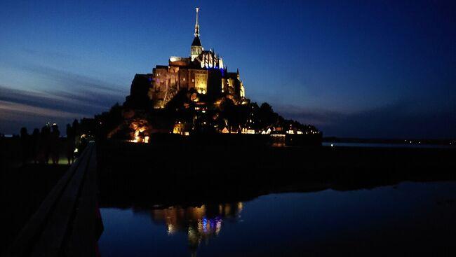 ツアーでの6日間のフランス旅行。<br />このツアーを選んだ理由はモン・サン・ミッシェルに宿泊するプランだったからです。<br />夕焼けとライトアップと朝焼けのモン・サン・ミッシェルが見たくて、このツアーに参加しました。<br />初めてのフランスはとってもお天気がよくて、ほとんど快晴でのツアーとなりました。<br />エッフェル塔のライトアップも見れて本当に期待以上の大満足のフランス旅行となりました。<br /><br />いよいよモン・サン・ミッシェルです。<br />