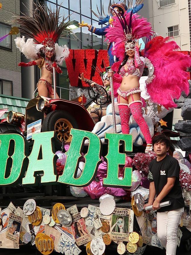 行く夏を惜しんで 浅草サンバカーニバル 東京中日スポーツ  <br /> 北半球最大のサンバの祭典「浅草サンバカーニバル」が8月31日、東京都台東区の浅草寺周辺であった。華麗なダンサーらが息の合ったステップを披露し、観客を魅了した。<br /> パレードコンテストには、二つのリーグに計16チームが出場。各チームが「忍者」や「チョコレート」などのテーマを設け、800メートルのコースを40分かけて思い思いに踊り歩いた。最高峰のS1(1部)リーグでは、地元・浅草の「仲見世バルバロス」が優勝し、4連覇を達成した。ほかに、地元小学生のサンバチームなども参加した。<br /> 浅草サンバカーニバルは38回目で、地元の人たちでつくる実行委員会の主催。毎年50万人が訪れる。 2019年9月1日 <br />https://www.tokyo-np.co.jp/article/national/list/201909/CK2019090102000126.html#print より引用<br /><br />浅草サンバカーニバル については・・<br />https://www.asakusa-samba.org/<br /><br />1991年創立以来、自然体でサンバを楽しんでいるチームです。<br />サンバがなけりゃフツーの人、世論調査の標本のような雑多な老若男女。でも、リベルダージに集まると、皆お互いの個性を輝かせながらも、情熱をひとつに集中させ、巨大なエネルギーを発する人が集まってます。<br />チームカラーはオレンジと白。チーム名「リベルダージ」はポルトガル語で自由。浅草サンバカーニバルには創立以来、連続出場。<br />リベルダージ については・・<br />http://www.gres-liberdade.com/wordpress/<br /><br />浅草サンバカーニバル(Asakusa Samba Carnival)は、東京都台東区浅草で行われるサンバのパレード及びコンテストである。第1回は1981年に行われて今日まで続いている。日本で最大のサンバカーニバルのコンテストとして知られる。 <br />浅草サンバカーニバル実行委員会による主催で、毎年8月の最終土曜日に開催される。約50万人の人出がある。 <br /><br />S1リーグでは、リオのカーニバルになぞらえて、パレードの内容を審査員や沿道の観客によるモバイル投票などの採点方式により順位や優勝が競われる。<br />特にトップリーグであるS1リーグでは、エスコーラ・ジ・サンバ(略称:エスコーラ)といわれる大規模なチームによって順位が競われる。これら大規模なチームは、カーホ・アレゴリア(略称:アレゴリア)といわれる大がかりな山車を製作したり、ファンタジアと呼ばれる衣装をブラジルに発注製作したものを使用するなど、大規模に展開するチームが年々多くなっている。 <br /><br />毎年、各チームがEnredo(エンヘード。物語やテーマなどの意)を決め、それに基づいた楽曲や衣装、山車を製作し、それをパレードによって表現し、審査によるコンテスト形式で順位を競うからである。 <br />サンバにおけるパレードは、毎年チームで検討し選んだエンヘードのテーマが優れているか、またそれをいかに全体で表現するかを各チームで競うものである。またサンバパレードと言えば、露出度の高いダンサーが多いと誤解されているが、これも一部に過ぎない。タンガを着て踊るダンサーはパシスタやジスタッキ・ヂ・シャウン、ハイーニャなどと呼ばれるが、これらは少数のパートであり、一つのチームの中には、アーラといわれるパートのグループ分けがいくつもあり、ダンスやパフォーマンスなどいろいろな役割を演じるのが特徴である。 <br />(フリー百科事典『ウィキペディア(Wikipedia)』より引用)<br /><br />G.R.E.S.とは・・<br />日本でも本格的なサンバを志向する集まりが形成されるが、ブラジル本国の呼び方に合わせて、自らをEscola de Samba(俗にエスコーラと略す)と称するのが特徴である。エスコーラ・ジ・サンバは「サンバの学校」と直訳されるが、先生と生徒がいるようなアカデミックな「学校」ではない。近年では、さらにGr&amp;ecirc;mio Recreativo Escola de Samba(グレーミオ・ヘクレアーチヴォ・エスコーラ・ジ・サンバ、略称:G.R.E.S.)などと称すのが慣わしとなっている。「リクリエーション団体」を意味し、エスコーラ・ジ・サンバは地域に根ざしたコミュニティーの役割を果たしている。 実際は略称で表記・呼称されることが多い。 <br />(フリー百