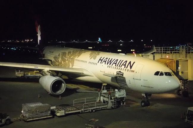毎年夏に行っている海外旅行。今年はどこへ行こうと考えていたところ、意外と行っていなかったハワイへ初めて行ってみようという事になりました。<br /><br />実は超円高の頃に買った現金500ドルが手元に残っており、今のうちに使っておきたいというのもあり、これまでも候補に上ってはいたのですが、福岡や名古屋からはハワイ便も少なく、また航空券のお値段もやや高いので躊躇していました。今年はせっかく千葉に転勤になったのですから、最寄りの成田空港から出発です。<br /><br />予定は9月4日、5日にレンタカーの予約を入れただけで特に決めず。しかもレンタカーでもどこへ行くか具体的には決めず行き当たりばったりののんびり旅。<br /><br />初ハワイ旅、どうなったのでしょうか。<br /><br />■8月31日(土) 成田からホノルルへ。夜はフラダンスを見る。<br />□9月1日(日) ジョギング、アラモアナセンター、ワイキキ散策<br />□9月2日(月) ジョギング、イオラニ宮殿、カメハメハ大王<br />□9月3日(火) ジョギング、パールハーバー、韓国焼肉<br />□9月4日(水) レンタカーでダイヤモンドヘッド、カイルア、ノースショア、タンタラスの丘<br />□9月5日(木) ハナウマ湾、マカプウポイント、モアナルアガーデン、レンタカー返却<br />□9月6日(金) ダウンタウン、出雲大社、アロハタワー<br />□9月7日(土) ワイキキ散策、ホノルル空港から帰国のハズが・・・<br />□9月8日(日) 予定より15時間遅れで帰国の途。<br />□9月9日(月) 成田空港に着くが・・・<br />□9月10日(火) ようやく家に帰れた。