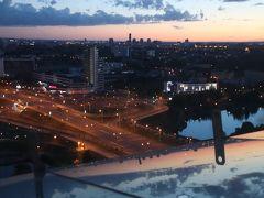 2019年ベラルーシとモスクワ旅行2日目(5)街角の眩しい夕景とベラルーシ国立図書館の展望台からのミンスクの夜景~夕焼けが見える22時の夜空