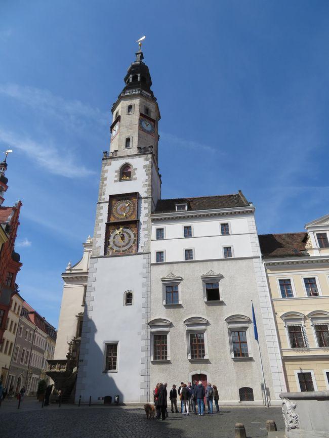 2019年5月8日(水)Gorlitz ゲルリッツ の街に初めて行ってみました。今回、主人の意見を取り入れ東ドイツ端の街に行ってみたい!対岸にあるポーランドの街を見てみたいという事で足を運んでみました。 <br /><br />表紙のフォトは旧市街にあるRathaus 市庁舎です。ここの塔に登りたかったのですが、受付する場所(市庁舎内だという事は解っていたのですが)を見つけることが出来ず、タイムアウトで登る事が出来ませんでした。かなり後悔しています。なので、絶対に再訪して塔に登りたいと思います。<br /><br />Gorlitz ゲルリッツの観光案内所は駅からかなり離れていて、Obermarkt オーバーマルクトの先にあるブリューダ通り沿いにあります。観光地なのでたくさんの方が観光案内所に来て、街の地図やオススメなどを質問していました。<br />