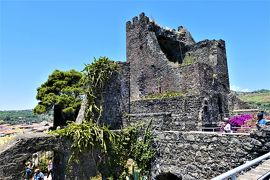 魅惑のシチリア×プーリア♪ Vol.545 ☆Aci Castello:古城「アーチ城」 ブーゲンビリアと主塔♪